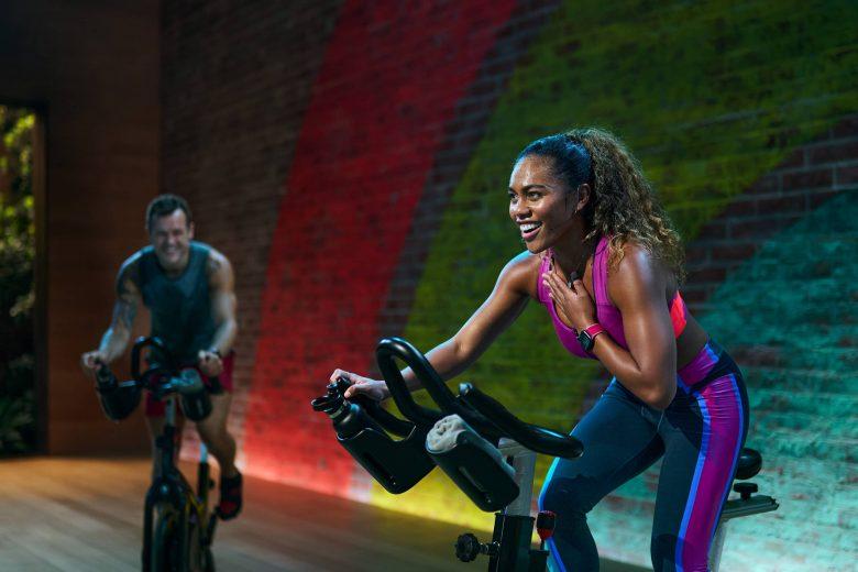 Sherica Holmon lidera un entrenamiento de Ciclismo de Apple Fitness+