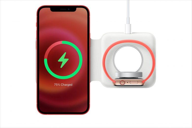 Cargador MagSafe Duo cargando un iPhone 12 y un Apple Watch