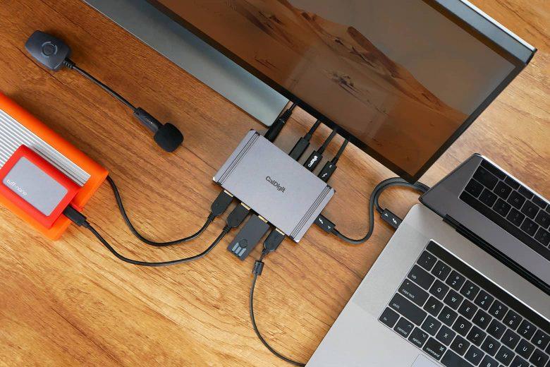 CalDigit Element Hub conectado a un MacBook Pro, una pantalla externa y distintos periféricos