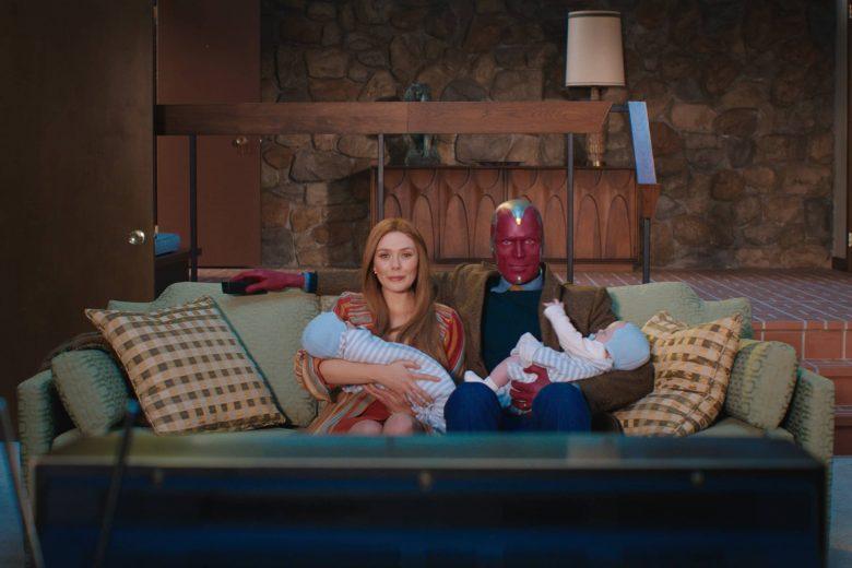 """Elizabeth Olsen (como Wanda Maximoff) y Paul Bettany (como Vision) en """"WandaVision"""""""