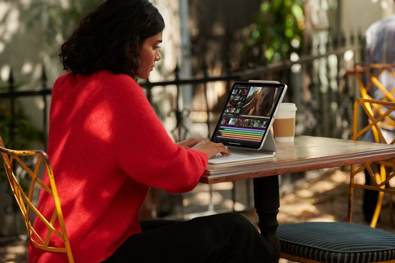 Mujer trabajando con el nuevo iPad Pro con conectividad celular 5G