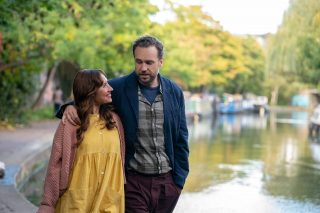 "Esther Smith y Rafe Spall en ""Trying"""