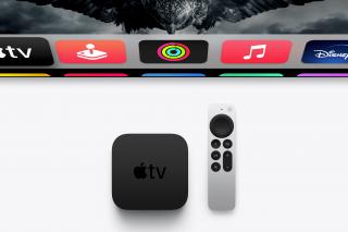 Apple TV 4K con el control remoto Siri y pantalla con tvOS