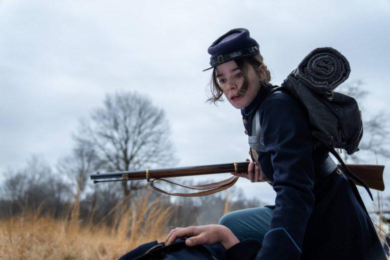 """Hailee Steinfeld como Emily Dickinson en la tercer temporada de """"Dickinson"""""""